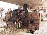 Memorial mit Krematoriumsofen u. Besucherzentrum mit archäolog. Ausgrabungen