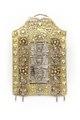 Hängsmycke med hängare av förgyllt silver. Rektangulär platta med profilerat krön - Skoklosters slott - 92241.tif