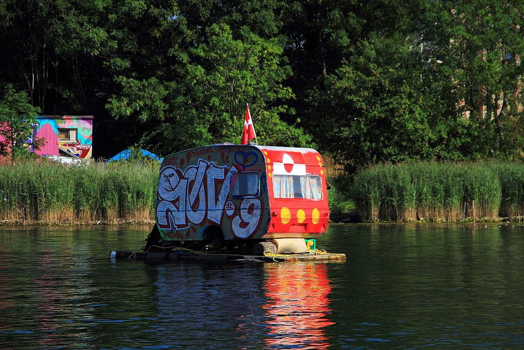 Paysage insolite : Une caravane flottante aux couleurs de Christiania, Copenhague - Photo de Schorle.