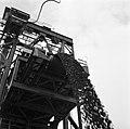 Het laden van ijzererts, waarschijnlijk bij de Orinoco Mining Company (ijzererts, Bestanddeelnr 252-5318.jpg