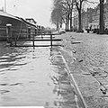 Hoogwater in Rotterdam de Prins Hendrikkade met aangemeerde binnenschepen terwi, Bestanddeelnr 918-5180.jpg