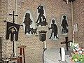 Huissen (Lingewaard) RK kerk, gildekapel met reliefs.JPG