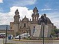 Iglesia La Recoleta y monumento a los héroes Casanova, Egusquiza y Villanueva en la ciudad de Cajamarca Fecha14 de Marzo del 2010.jpg