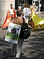 Int. go-topless-Tag, Demo am Freiburger Bertoldsbrunnen für die Gleichberechtigung der Frau, oben ohne 2.jpg