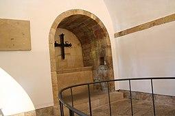 Interior de la iglesia, en esta imagen se puede observar el emplazamiento de la cruz de la victoria en su estancia en la iglesia.
