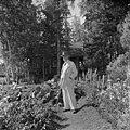 Jean Sibelius Ainolan puutarhassa, 1940-1945, (D2005 167 6 149) Suomen valokuvataiteen museo.jpg