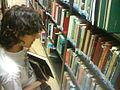Joven buscando un libro.jpg