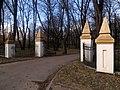 Kłobuck, park, brama.JPG