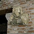 Kalkstenen kraagsteen, vrouw, Brabant, uit de 15e eeuw afkomstig van kasteel Heeswijk - Heeswijk - 20397442 - RCE.jpg