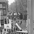 Kalverstraat vlagt in verband met Koninklijk feest, Bestanddeelnr 913-8017.jpg