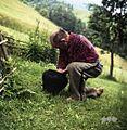 Karl Denovnik, Spodnji Dolič, pripravlja lonec za ogenj, s katerim bo pregnal nevihto 1963 (2).jpg