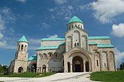 バグラティ大聖堂は再建後(右)に真正性が失われたと判断された[243]