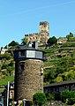 """Kaub - der """"Dicke Turm"""" oder auch """"Diebsturm"""" und die Burg Gutenfels - panoramio.jpg"""