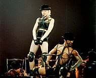 Madonna 1990-ben a Blond Ambition turnéján, az Express Yourself (fent) és a Keep It Together (lent) című számai alatt