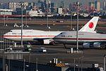 Ken H. B747-400 - 'Japanese Airforce 001-002' at Spot V1(Close-up). (5394974383).jpg