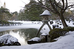 Kenroku-en-winter-lantern.jpg