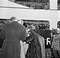 Koning Frederik IX en koningin Ingrid begroeten hun kinderen op de kade in Kopen, Bestanddeelnr 252-8659.jpg