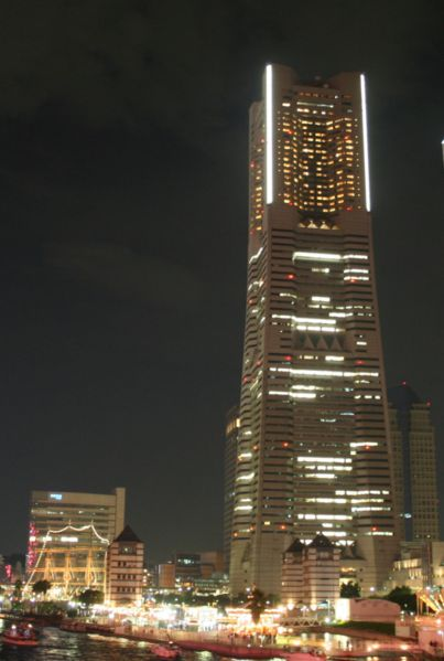 Datei:Landmark Tower at Night.jpg