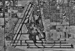 Vista de satélite del Aeropuerto de Las Vegas. Nótese que son tres las pistas de aterrizaje y despegue.