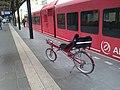 Ligfiets op het perron in Groningen (8012881487).jpg