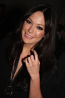 Lindsay Price interprète Cathy.