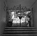 Locarno Smeedijzeren poort en trap waarop een kruik staat, Bestanddeelnr 254-4793.jpg