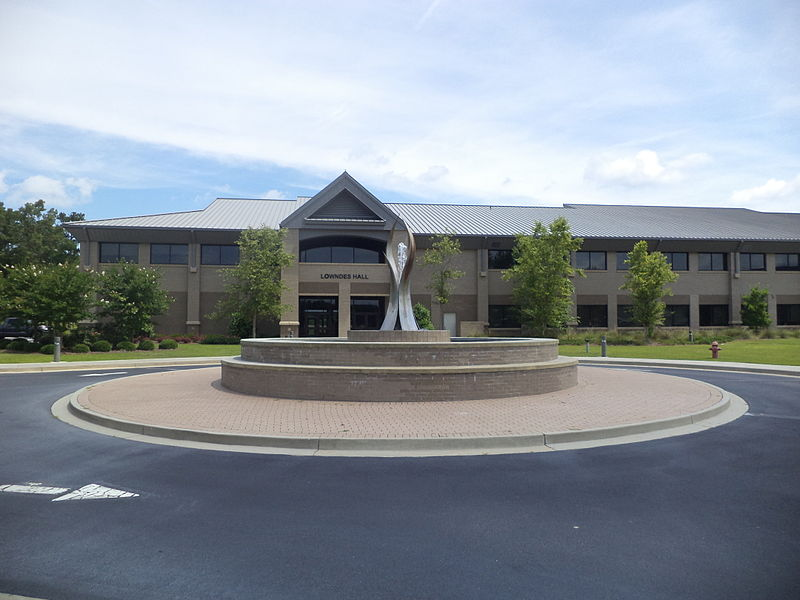 File:Lowndes Hall with fountain, Wiregrass Tech, Valdosta.JPG