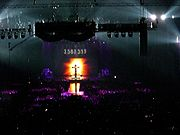 Madonna aan het kruis tijdens Confessions Tour in Amsterdam Arena