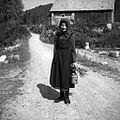 """Markovec, žena nese zdravilne rože """"plučnik"""" za bolno hčer 1962.jpg"""