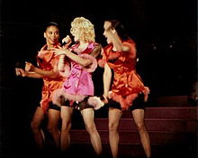 Madonna canta Material Girl al Blond Ambition Tour.