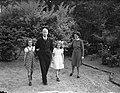 Minister L.J.M. Beel met vrouw en kinderen in tuin van zijn woonhuis te Wassenaa, Bestanddeelnr 901-8361.jpg