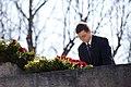 Ministru prezidents Valdis Dombrovskis piedalās svinīgajā vainagu nolikšanas ceremonijā Rīgas Brāļu kapos, atzīmējot Nacisma sagrāves dienu un pieminot Otrajā pasaules karā bojāgājušos (8720265652).jpg