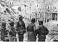 Niemieccy spadochroniarze wśród ruin miasta na froncie włoskim (2-2250).jpg