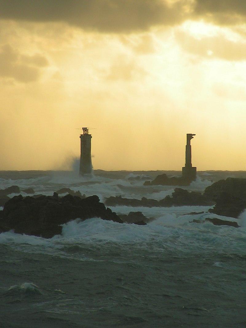 Le phare de Nividic, situé sur l'île d'Ouessant, dans le Finistère, en Bretagne, est le point le plus à l'ouest de la France métropolitaine. (définition réelle 1536×2048)