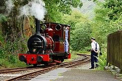 Stoomlocomotief op station Nant Gwernol aan de Talyllyn Railway, een smalspoorbaan in Wales