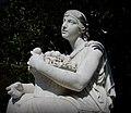 Offerta di frutta - statua nel giardino di Flora.jpg