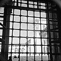 Omayaden moskee, uitzicht door een getralied raam op het voorplein, Bestanddeelnr 255-5895.jpg