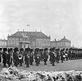 Optreden van een militaire kapel en koninklijke garde op het plein van Slot Amal, Bestanddeelnr 252-8692.jpg