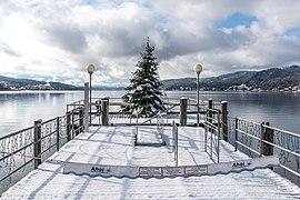 Pörtschach Johannes-Brahms-Promenade Schiffsanleger schwimmender Weihnachtsbaum 20112018 5419.jpg
