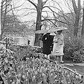 Pasen 1965, touristen op Keukenhof met paraplus gewapend, Bestanddeelnr 917-6619.jpg