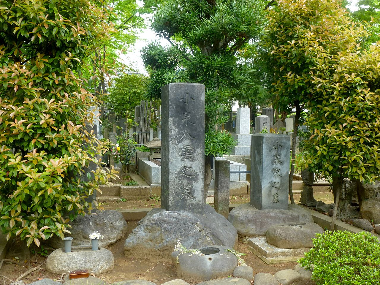 https://upload.wikimedia.org/wikipedia/commons/thumb/d/d5/Patrick_Lafcadio_Hearn_aka_Koizumi_Yakumo_-_grave_2013.jpg/1280px-Patrick_Lafcadio_Hearn_aka_Koizumi_Yakumo_-_grave_2013.jpg