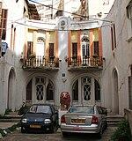 מבט אל סמטה פלונית 7, הבניין האחרון ברחוב, הבנוי בסגנון אקלקטי