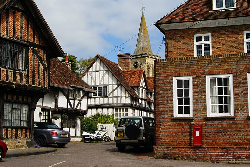 File:Pollards House Pollards Cottage, Old Town House, Church House and spire of church, Lingfield geograph 1929778.jpg