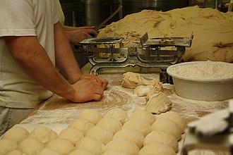 Veka (pastry) - Image: Postup výroby chlebíčkové veky (3)