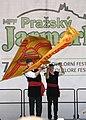Praha, Staré Město, Ovocný trh, Pražský Jarmark, belgické vystoupení s vlajkami II.JPG
