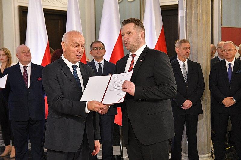 Przemysław Czarnek odbiera zaświadczenie o wyborze na posła IX kadencji. / Sejm RP / wikipedia