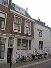 foto van Pand met eenvoudig lijstgeveltje voor huis met hoog zadeldak waarin dakvenster met topschoorsteen rechts