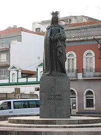 Rainha Dona Leonor Statue.jpg