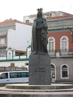 Statue of Queen Leonor in a roundabout in Caldas da Rainha