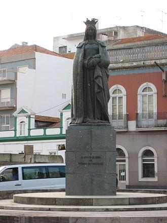 Caldas da Rainha - Statue of Queen Leonor (Rainha Dona Leonor) in the middle of a roundabout in Caldas da Rainha